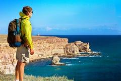 Viajero del hombre con la relajación de la mochila al aire libre Fotografía de archivo