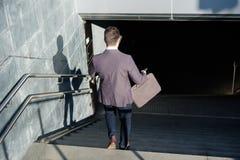Viajero del hombre de negocios que viaja y que va abajo del metro Fotos de archivo