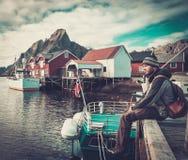 Viajero del hombre en el pueblo de Reine, Noruega fotografía de archivo libre de regalías