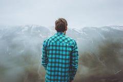 Viajero del hombre en montañas de niebla que disfruta de paisaje Fotografía de archivo