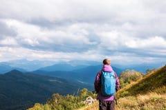 Viajero del hombre en monta?as que disfruta de la visi?n a?rea imágenes de archivo libres de regalías