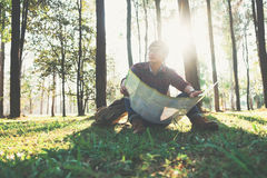 Viajero del hombre joven con la relajación de la mochila al aire libre Foto de archivo libre de regalías