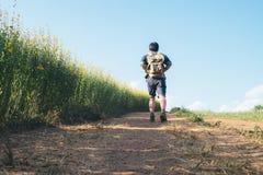 Viajero del hombre joven con la relajación de la mochila al aire libre Fotos de archivo