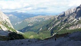 Viajero del hombre que camina en el paisaje de las montañas de las dolomías en Italia Concepto de la aventura del viaje almacen de video