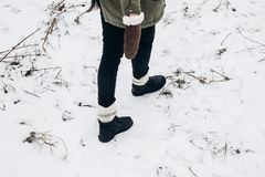 Viajero elegante que camina, zapatos de moda del inconformista en sn del invierno Imágenes de archivo libres de regalías