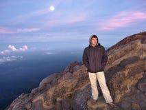 Viajero emocionado en el top de la montaña Fotografía de archivo