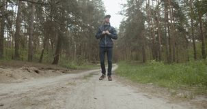 Viajero en el bosque almacen de video