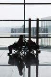 Viajero en el pasillo de la salida, aeropuerto internacional capital de Pekín Fotografía de archivo libre de regalías