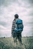 Viajero en el prado Foto de archivo