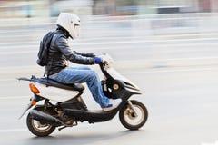 Viajero en la vespa rápida del motor, Pekín, China Imagen de archivo libre de regalías