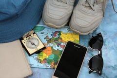 Viajero en un fondo del mapa del mundo, visión superior de los accesorios Imagenes de archivo