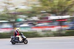 Viajero en una vespa rápida del gas, Pekín, China Imagenes de archivo