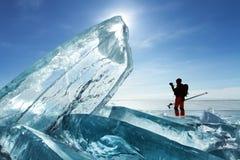 Viajero entre el hielo Imágenes de archivo libres de regalías