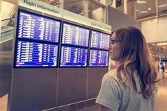 Viajero femenino joven que decide adonde ir Fotografía de archivo