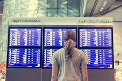 Viajero femenino joven que decide adonde ir Fotos de archivo