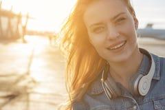 Viajero femenino joven que demuestra la alegría al aire libre Fotografía de archivo libre de regalías