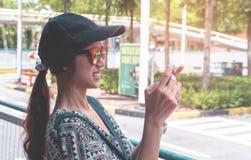 Viajero femenino que toma la imagen en el teléfono móvil Foto de archivo