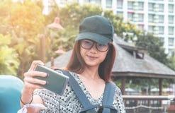 Viajero femenino que toma la imagen en el teléfono móvil Foto de archivo libre de regalías