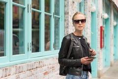 Viajero femenino que usa el guite elegante del app del teléfono en viaje de fin de semana de la rotura de ciudad a Nueva York Fotos de archivo