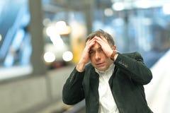 Viajero frustrado que falta el suyo tren fotografía de archivo libre de regalías