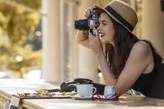 Viajero hermoso joven que toma feliz las fotos con la cámara en el Ca fotografía de archivo