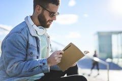 Viajero joven del blogger del inconformista en una chaqueta del dril de algodón Imágenes de archivo libres de regalías