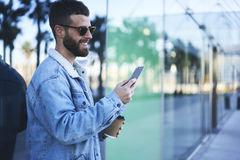 Viajero joven del blogger del inconformista en una chaqueta del dril de algodón que hace enregistramiento en redes sociales Imágenes de archivo libres de regalías