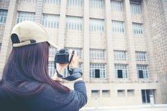 Viajero joven femenino con la cámara de la mochila y de la foto en la ciudad vieja Fotos de archivo