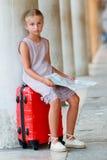 Viajero joven que se sienta en la maleta con plan de la ciudad, Venecia, Italia Fotografía de archivo libre de regalías