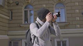 Viajero masculino con la cámara de la foto