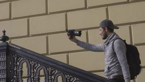 Viajero masculino con la cámara de vídeo