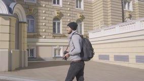 Viajero masculino con la c?mara de la foto