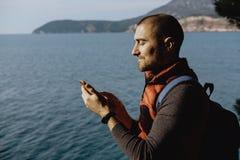Viajero masculino joven que usa un teléfono en el fondo del mar foto de archivo libre de regalías
