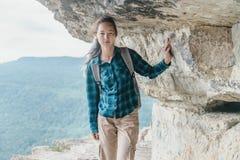 Viajero que camina en el estante de Eagle del acantilado Fotos de archivo libres de regalías