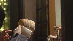 Viajero que compra trdelnik nacional checo del plato de los pasteles, disfrutando de viaje y de vida almacen de metraje de vídeo