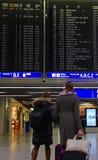 Viajero que comprueba la carta de vuelo Imagenes de archivo