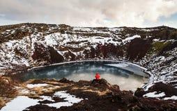 Viajero que disfruta de hermosa vista en el cráter de Kerio con el lago en Islandia Fotos de archivo