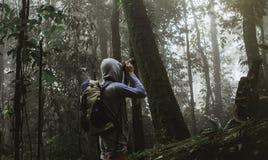 Viajero que fotografía con la mochila y que goza de un hermoso Fotografía de archivo