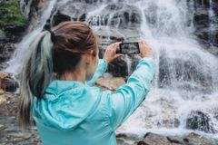 Viajero que fotografía con smartphone Imagen de archivo libre de regalías