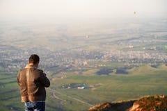 Viajero que fotograf?a el pueblo de monta?a fotografía de archivo