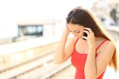 Viajero que habla en el teléfono móvil Imagenes de archivo