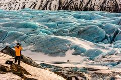 Viajero que mira el glaciar en Islandia Fotos de archivo