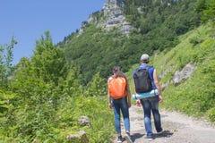 Viajero que mira la naturaleza de la alta montaña con alcance de la localización, trípode de los prismáticos fotos de archivo