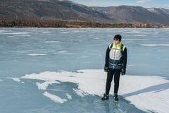 Viajero que se coloca en el hielo Fotos de archivo libres de regalías