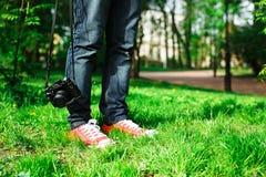 Viajero que se coloca en la hierba Foto de archivo libre de regalías
