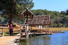 Viajero que se relaja en el puente y la choza de bambú en el lago Fotografía de archivo libre de regalías