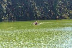 Viajero que se relaja en la balsa de bambú en el lago del brigt Fotos de archivo