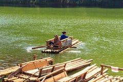 Viajero que se relaja en la balsa de bambú en el lago del brigt Fotografía de archivo