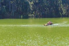 Viajero que se relaja en la balsa de bambú en el lago del brigt Imágenes de archivo libres de regalías