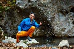 Viajero que se sienta cerca de The Creek Fotos de archivo libres de regalías